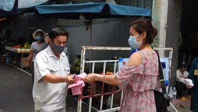 Tiểu thương Đà Nẵng ngày đầu đi chợ bằng thẻ