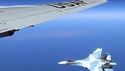 Chiến đấu cơ Su-27 của Nga chặn máy bay Mỹ trên bầu trời Biển Đen