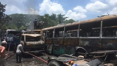 TP Hồ Chí Minh: Cháy lớn tại một bãi xe, thiêu rụi 12 ôtô các loại