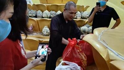Vụ chùa Kỳ Quang 2: Nhiều gia đình xuống hầm cố tìm hũ tro cốt người thân