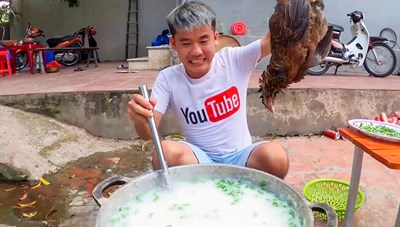 Con trai bà Tân Vlog bị xử phạt vì video 'nấu cháo gà nguyên lông'