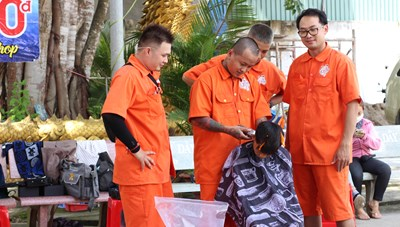 Chàng trai cắt tóc và dạy nghề miễn phí