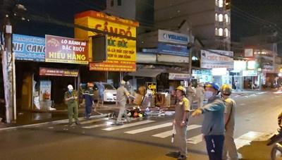 Cháy bãi xe, người dân ôm tài sản tháo chạy trong đêm