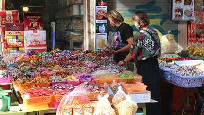 Các cửa hàng tạp hóa truyền thống: Vẫn sống tốt, vì sao?