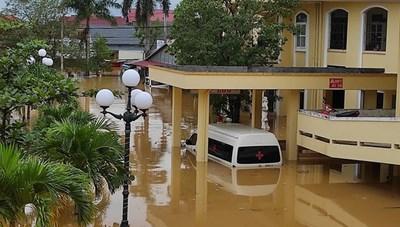 Nước lũ cô lập nhiều bệnh viện tại Quảng Bình