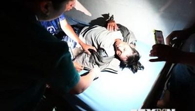 Trực thăng đưa 2 cán bộ bị thương ở xã bị cô lập ra ngoài điều trị