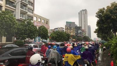 Mưa lớn, nhiều tuyến đường Hà Nội ùn tắc nghiêm trọng