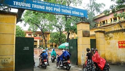 Hà Nội: Phụ huynh đội mưa đến trường xác nhận nhập học lớp 10