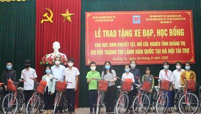 Quảng Trị: Trao tặng học bổng và xe đạp cho học sinh có hoàn cảnh khó khăn