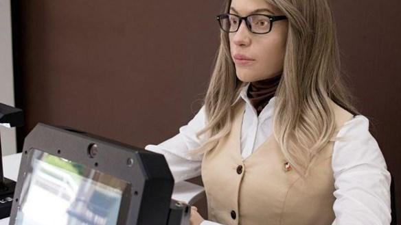 Nga trình làng nữ robot văn thư giống hệt người thật