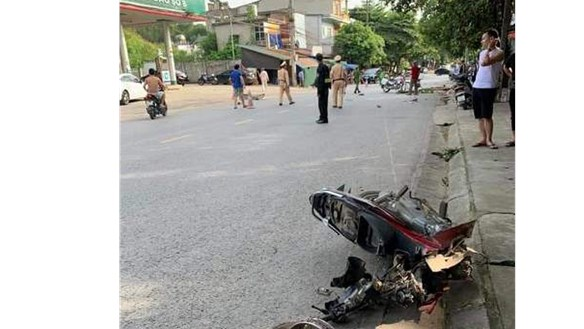 Xe máy gãy đôi sau va chạm, 1 người tử vong