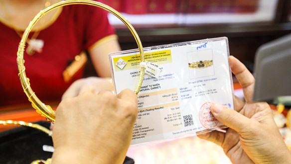 Giá vàng SJC tăng sốc qua mốc 62 triệu đồng/lượng
