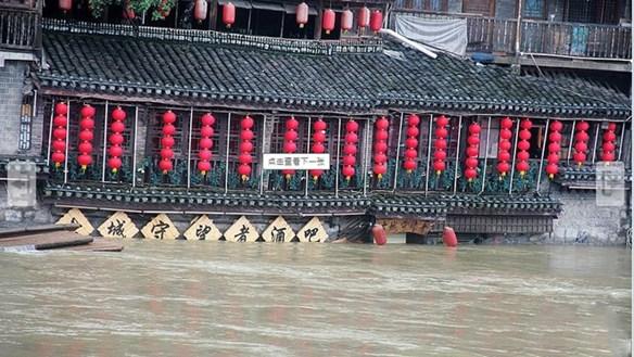 [ẢNH] Phượng Hoàng cổ trấn ngập trong nước lũ
