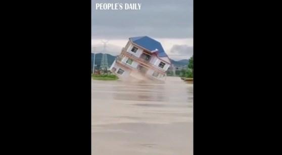 [VIDEO] Khoảnh khắc nước lũ đánh sập căn nhà ở Trung Quốc trong nháy mắt