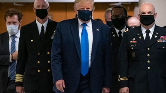 Ông Trump lần đầu tiên đeo khẩu trang khi xuất hiện trước công chúng
