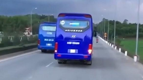 Quảng Ngãi: Đoàn xe chở công nhân cản trở xe chữa cháy ?