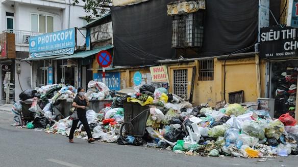Người dân 'phong tỏa' đường vào bãi rác Nam Sơn: Rác thải ùn ứ