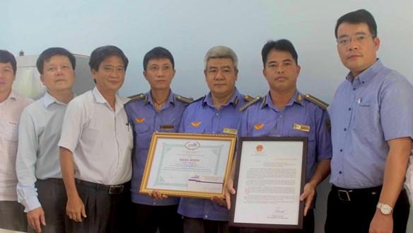 Bộ trưởng GTVT khen thưởng nhân viên đường sắt cứu người