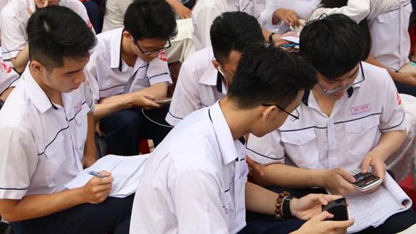 Học sinh dùng điện thoại trong lớp: Chỉ khi được phép của giáo viên
