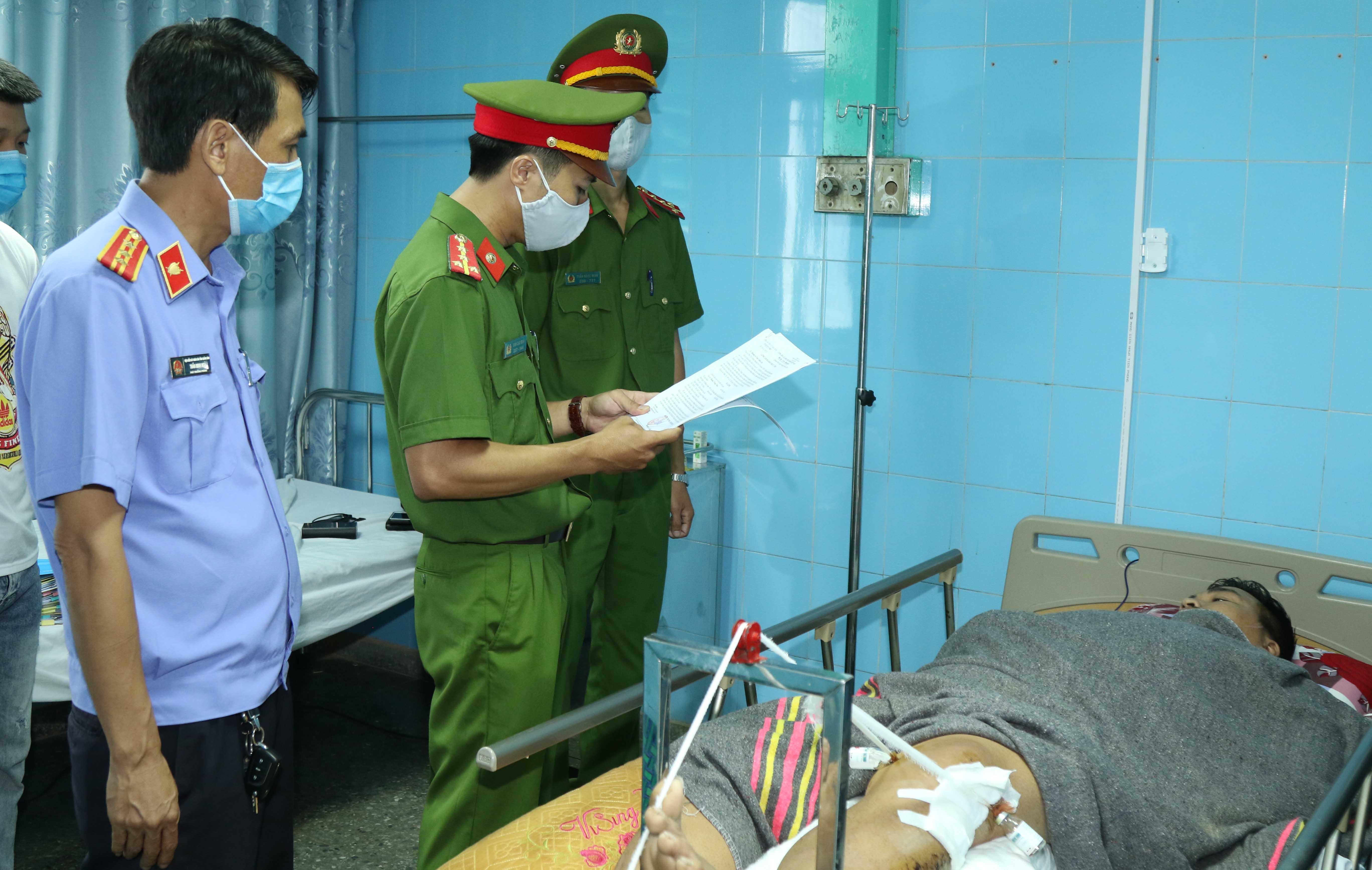 Công an tỉnh Quảng Bình tống đạt quyết định khởi tố bị can đối với lái xe Hoàng Trung Toán.