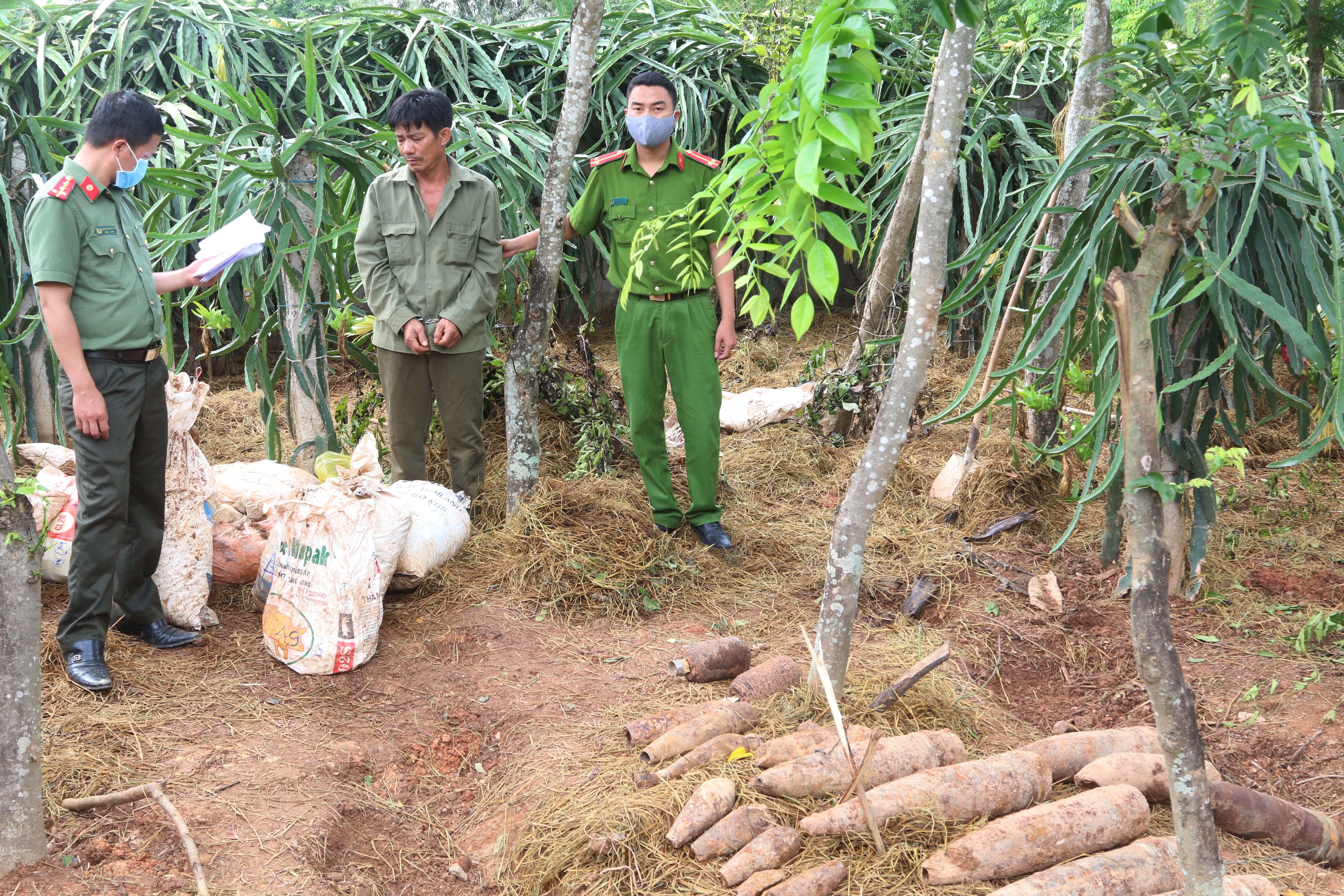 Lượng lớn thuốc nổ và đầu đạn nguy hiểm được đối tượng Nguyễn Đăng Thảo cất giấu rải rác trong vườn nhà.