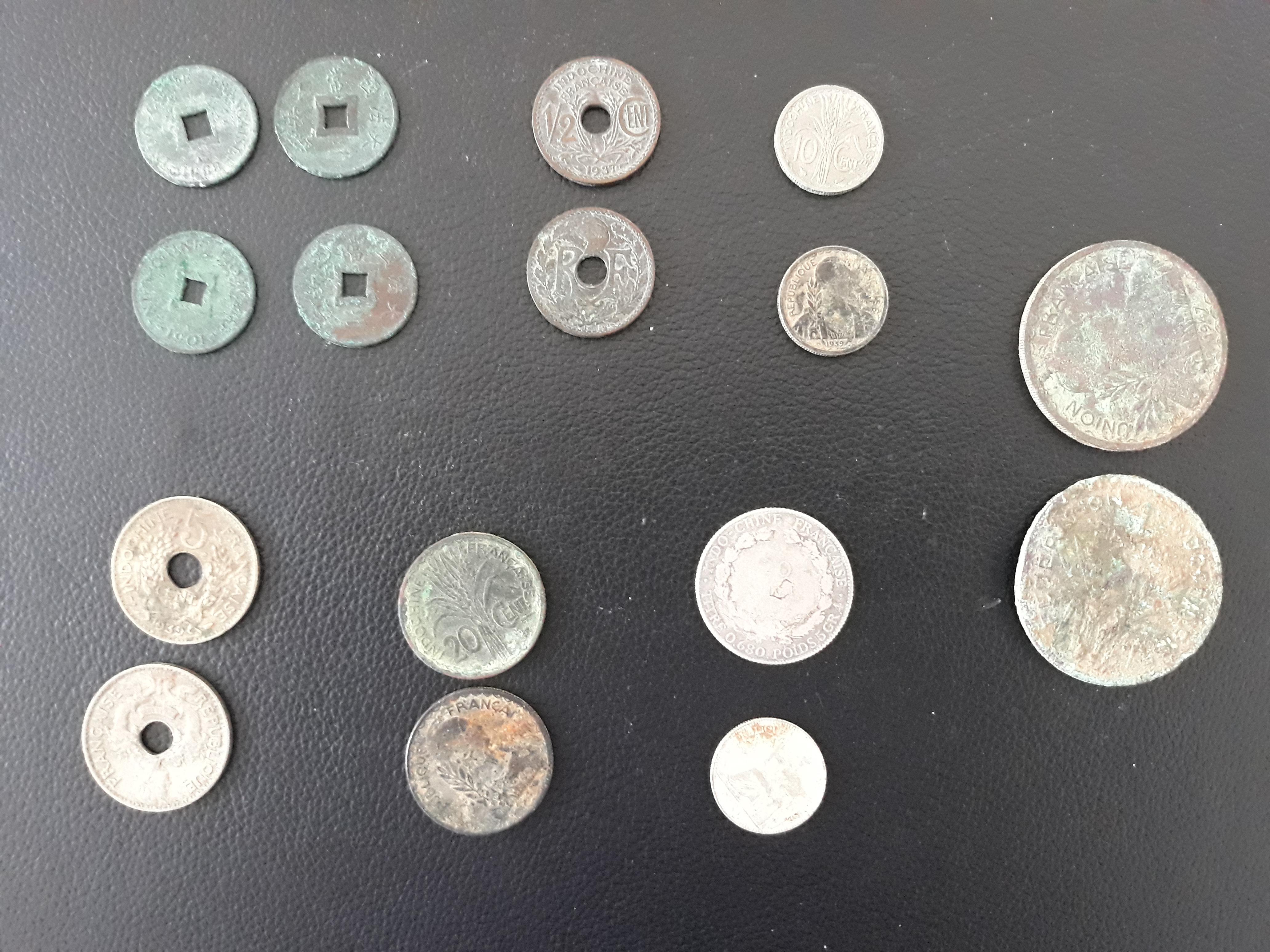Tiền kim loại cổ các nhà sư tập tặng cho Bảo tàng Tổng hợp Quảng Bình.