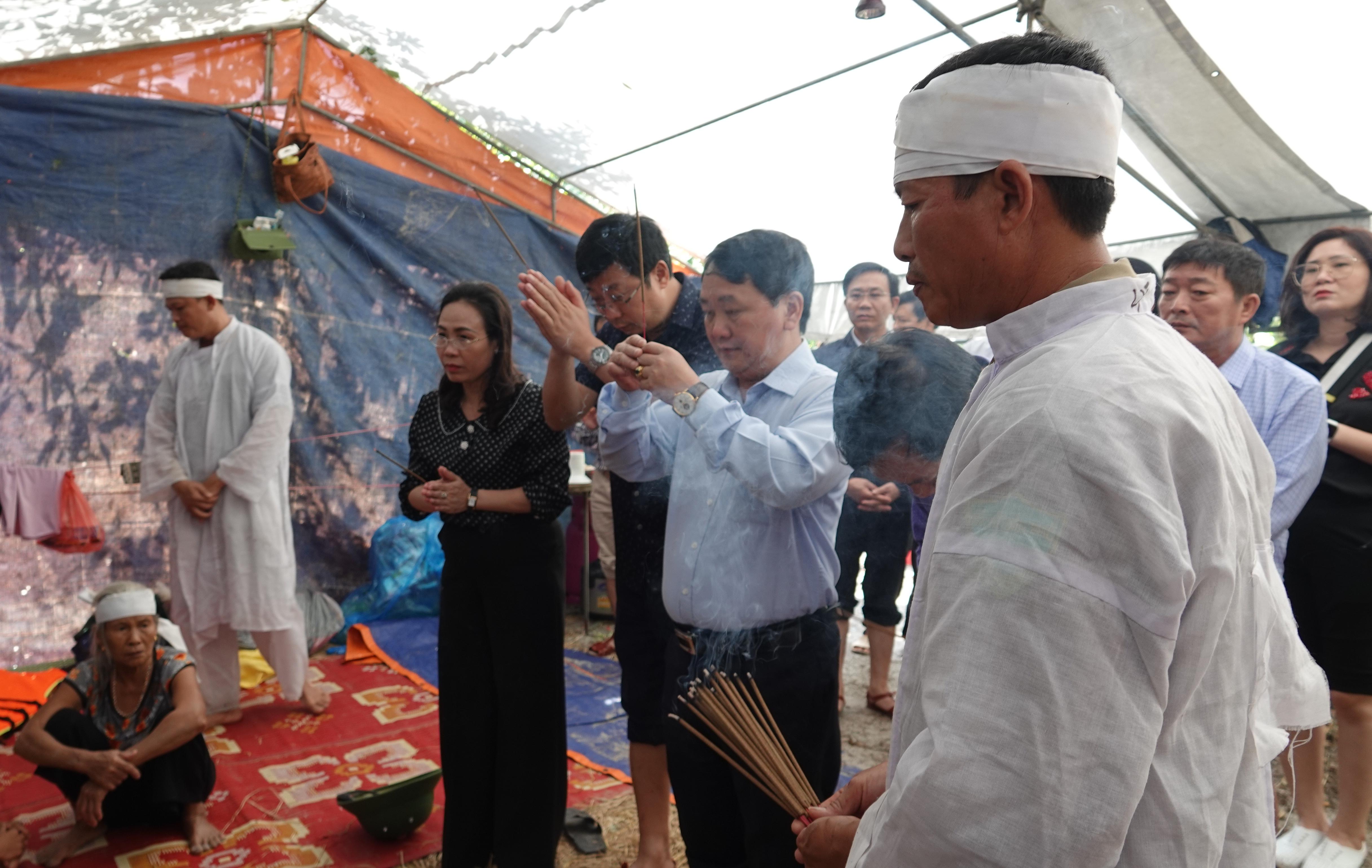 Trong quá trình chạy lũ, chồng chị Hồng là anh Nguyễn Văn Song đã bị đuối nước.