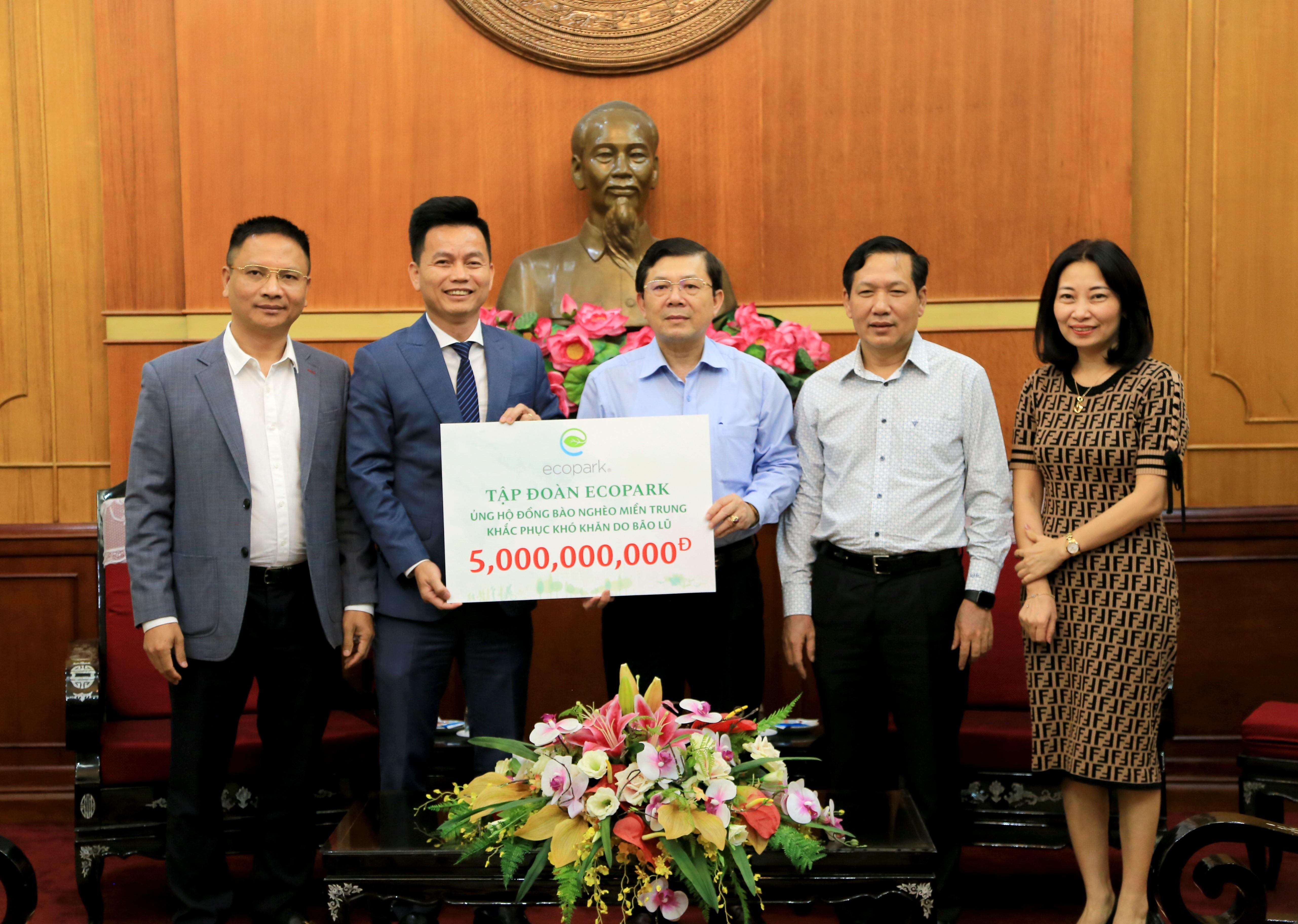 Ông Trần Quốc Việt, Tổng Giám đốc Tập đoàn Ecopark (bên trái) trao tượng trưng số tiền hỗ trợ cho đồng bào miền Trung cho Phó Chủ tịch UBTƯ MTTQ Việt Nam Nguyễn Hữu Dũng.