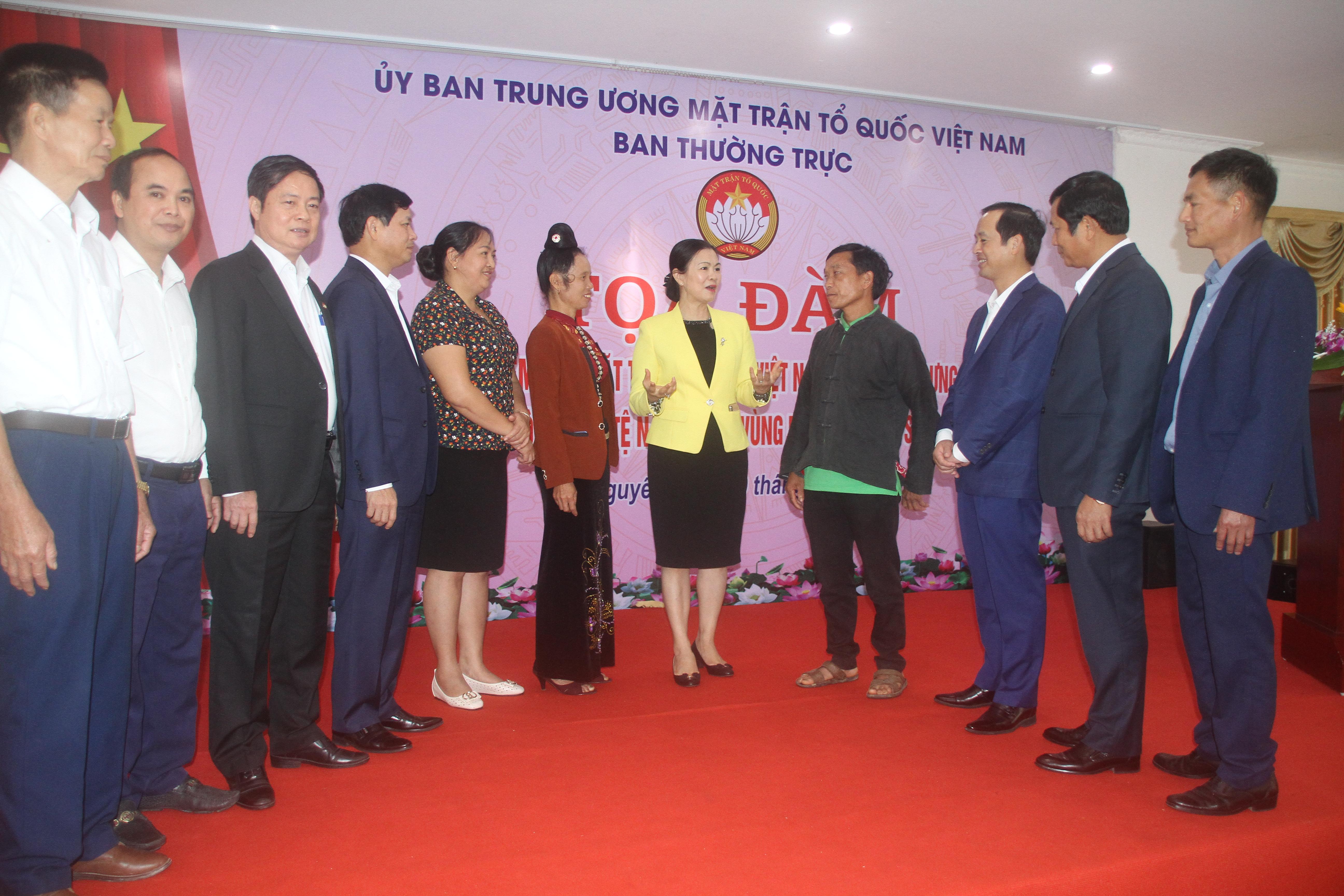 Phó Chủ tịch Trương Thị Ngọc Ánh và lãnh đạo tỉnh Thái Nguyên trao đổi những kinh nghiệm, cách làm hay với các đại biểu về tham dự buổi Toạ đàm. Ảnh: Vũ Công.