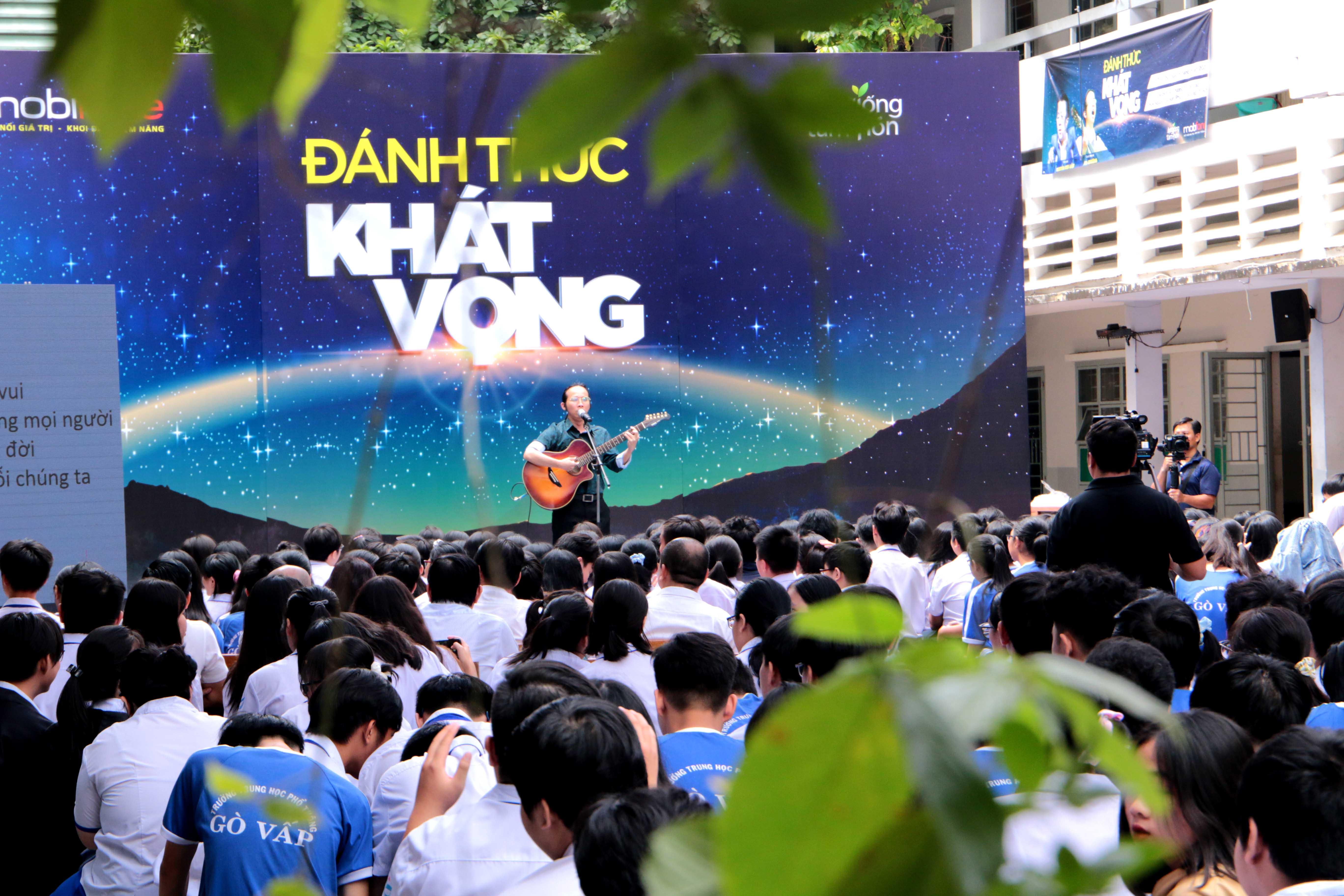 Ca - nhạc sĩ khiếm thị Hà Chương biểu diễn các ca khúc do anh tự sáng tác.