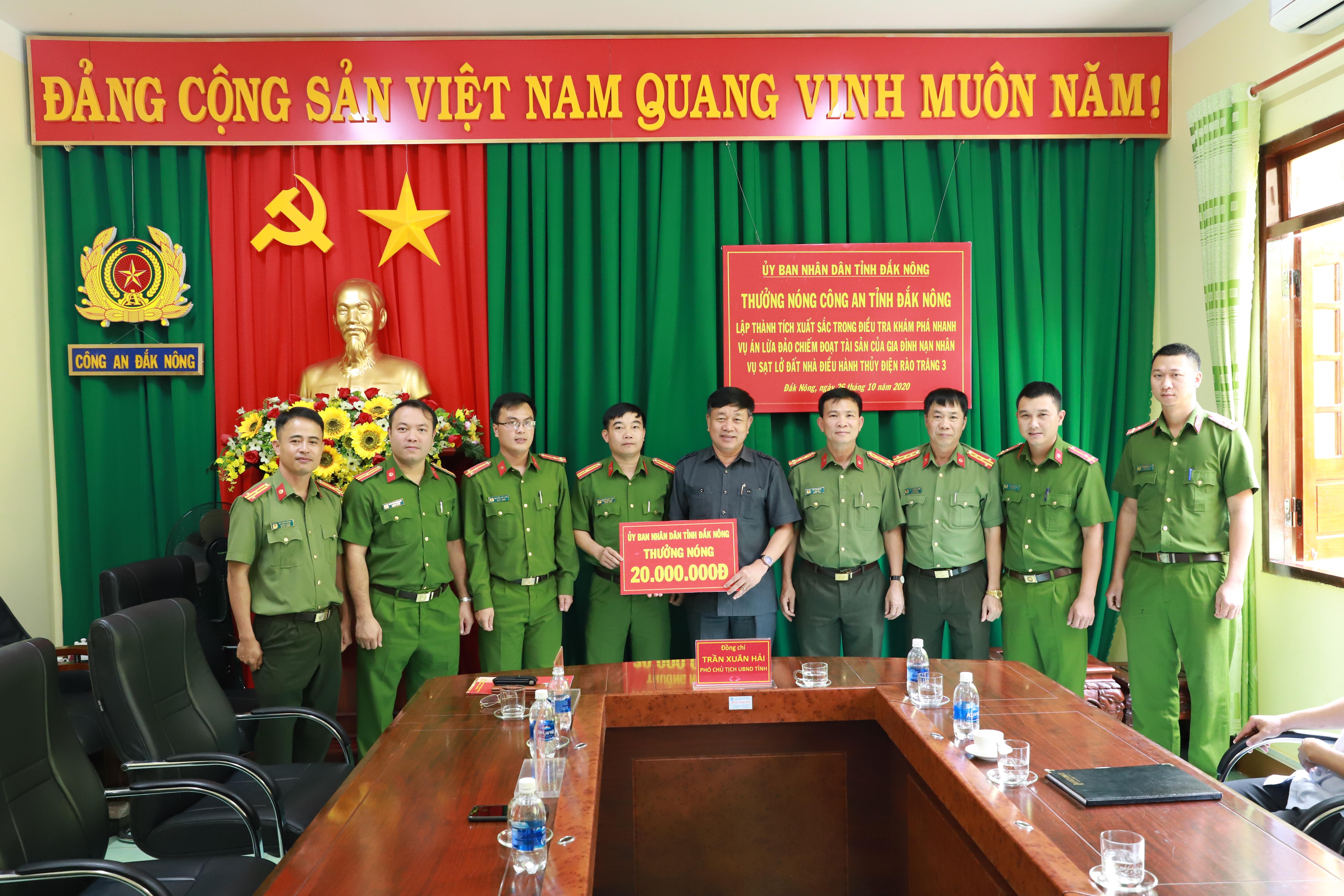 Đại diện UBND tỉnh Đắk Nông trao thưởng 20 triệu đồng cho Công an tỉnh.