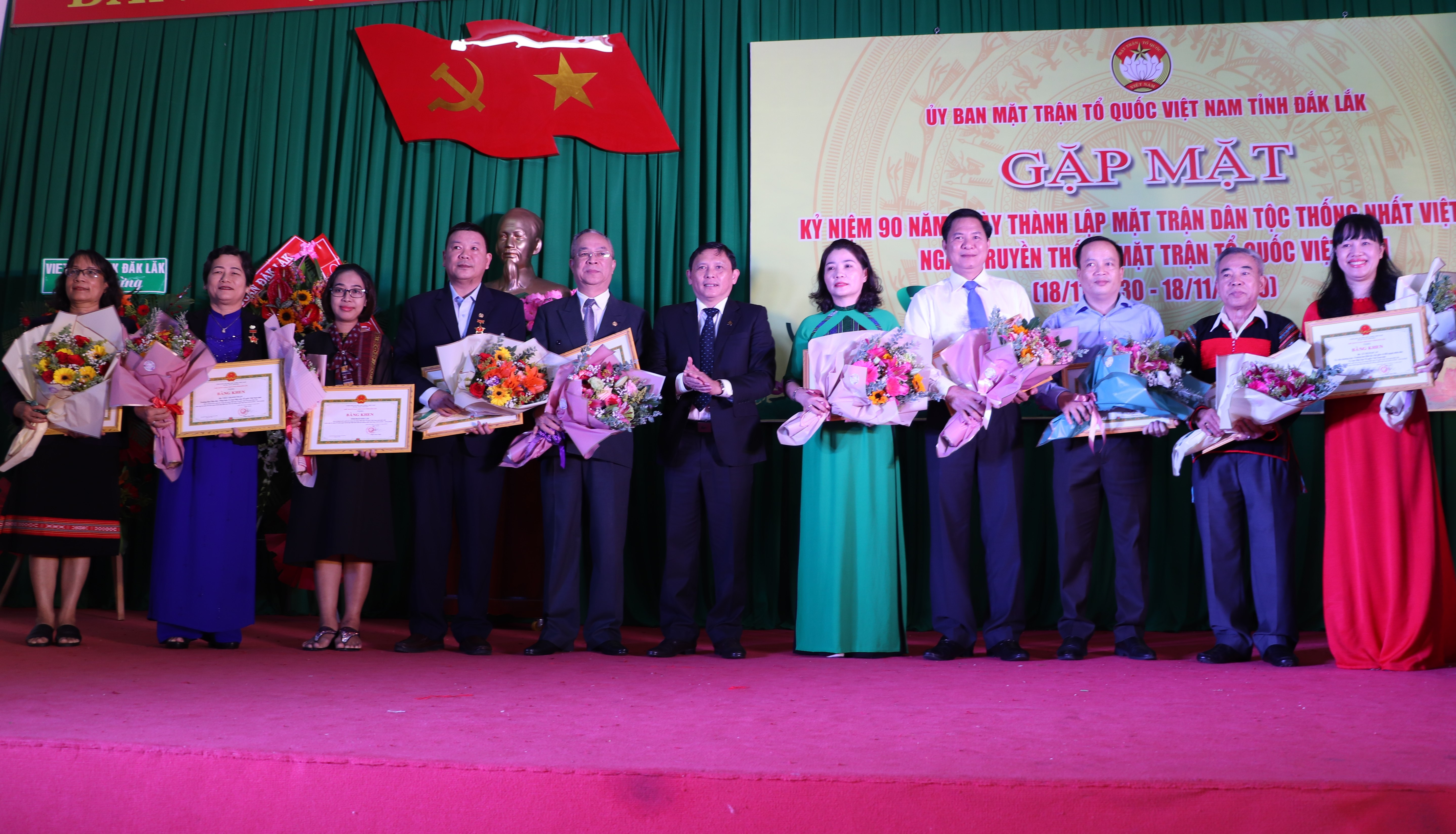 Khen thưởng cho các tập thể, cá nhân có thành tích xuất sắc trong sự nghiệp xây dựng khối đại đoàn kết toàn dân tộc.