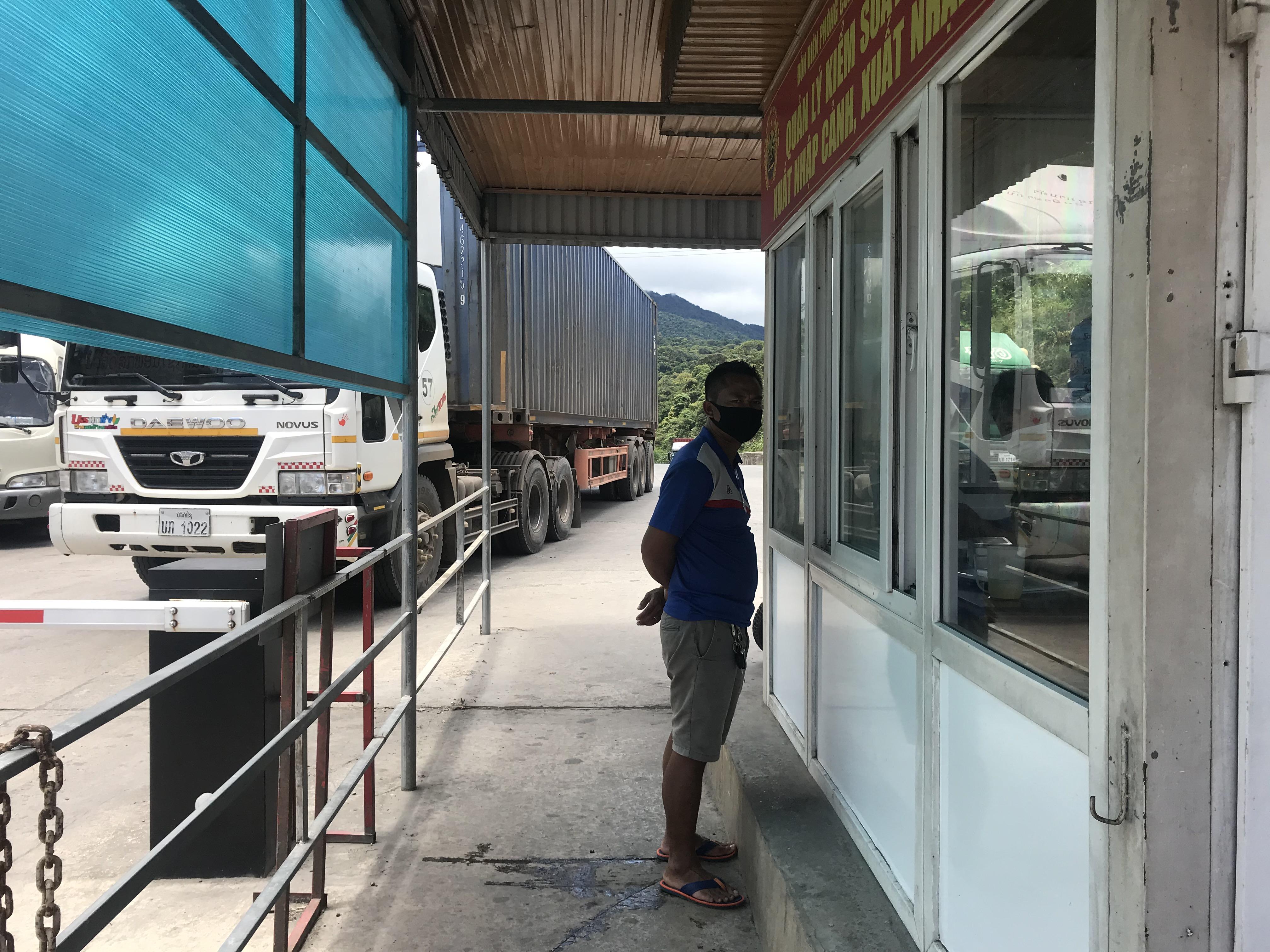 Một tài xế vừa từ Lào về, xuống xe làm thủ tục nhập cảnh.
