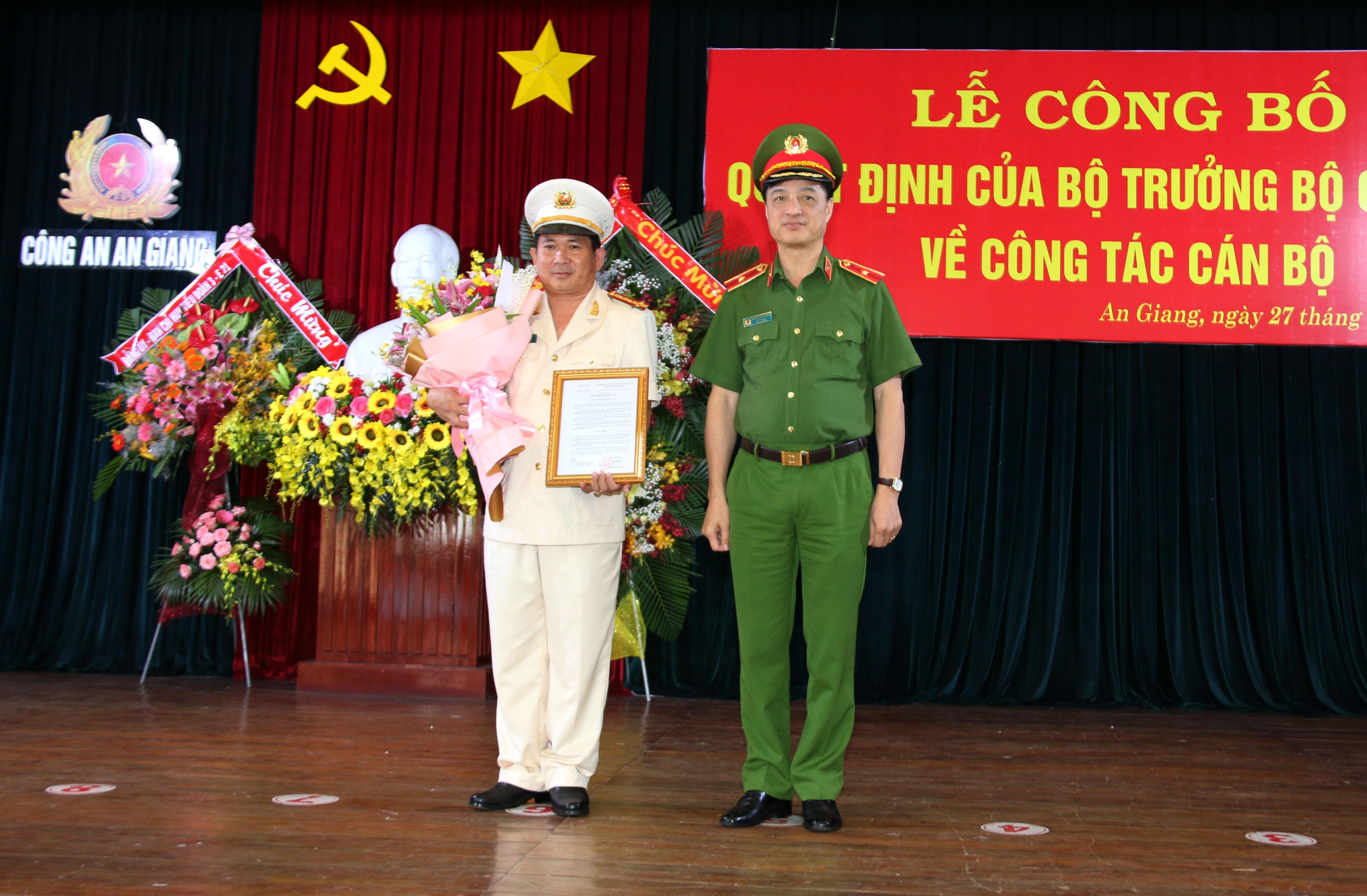 Đại tá Đinh Văn Nơi nhận quyết định nhiệm vụ mới.