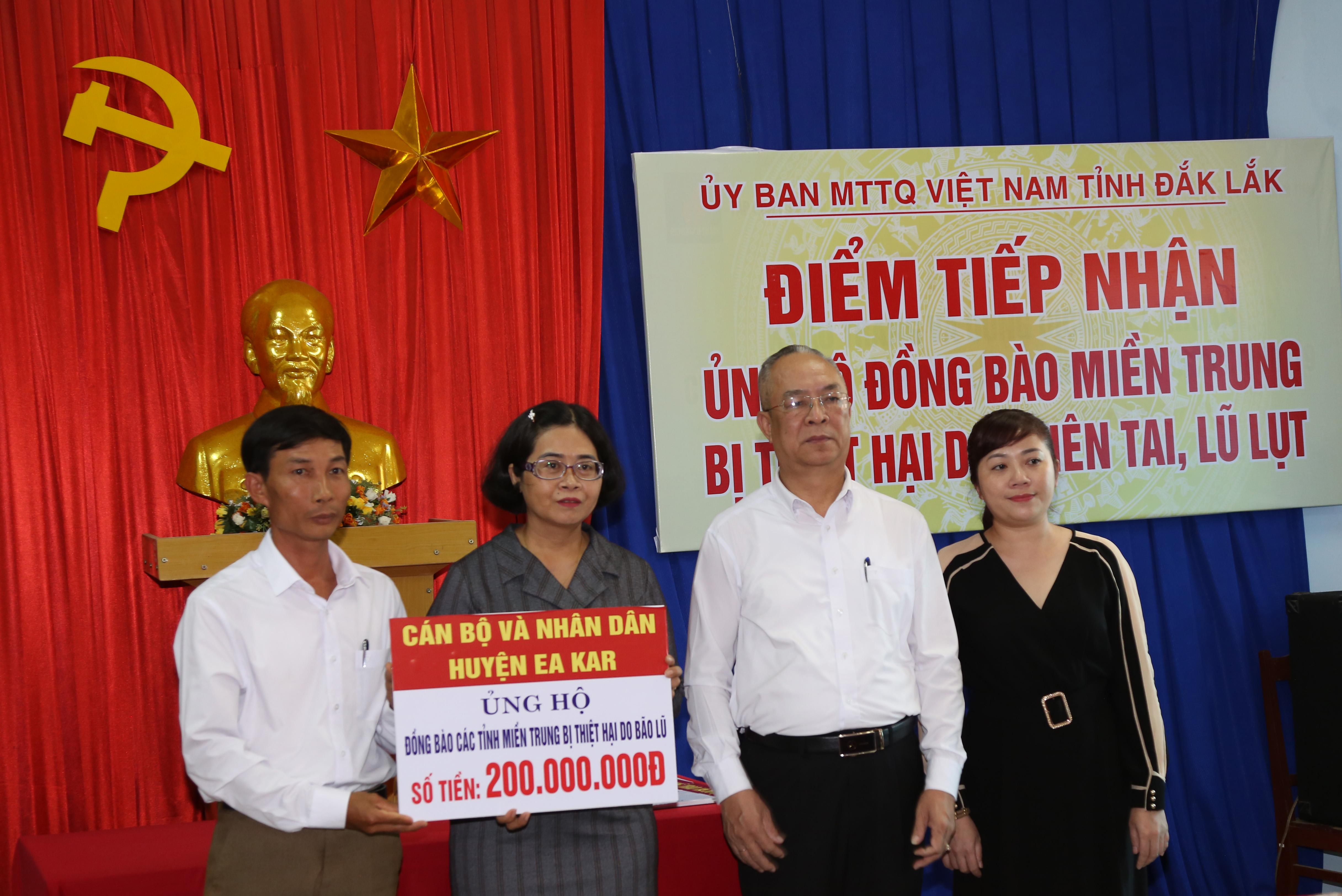 Ủy ban MTTQ Việt Nam tỉnh Đắk Lắk tiếp nhận số tiền ủng hộ đồng bào miền Trung bị thiệt hại do thiên tai, lũ lụt.