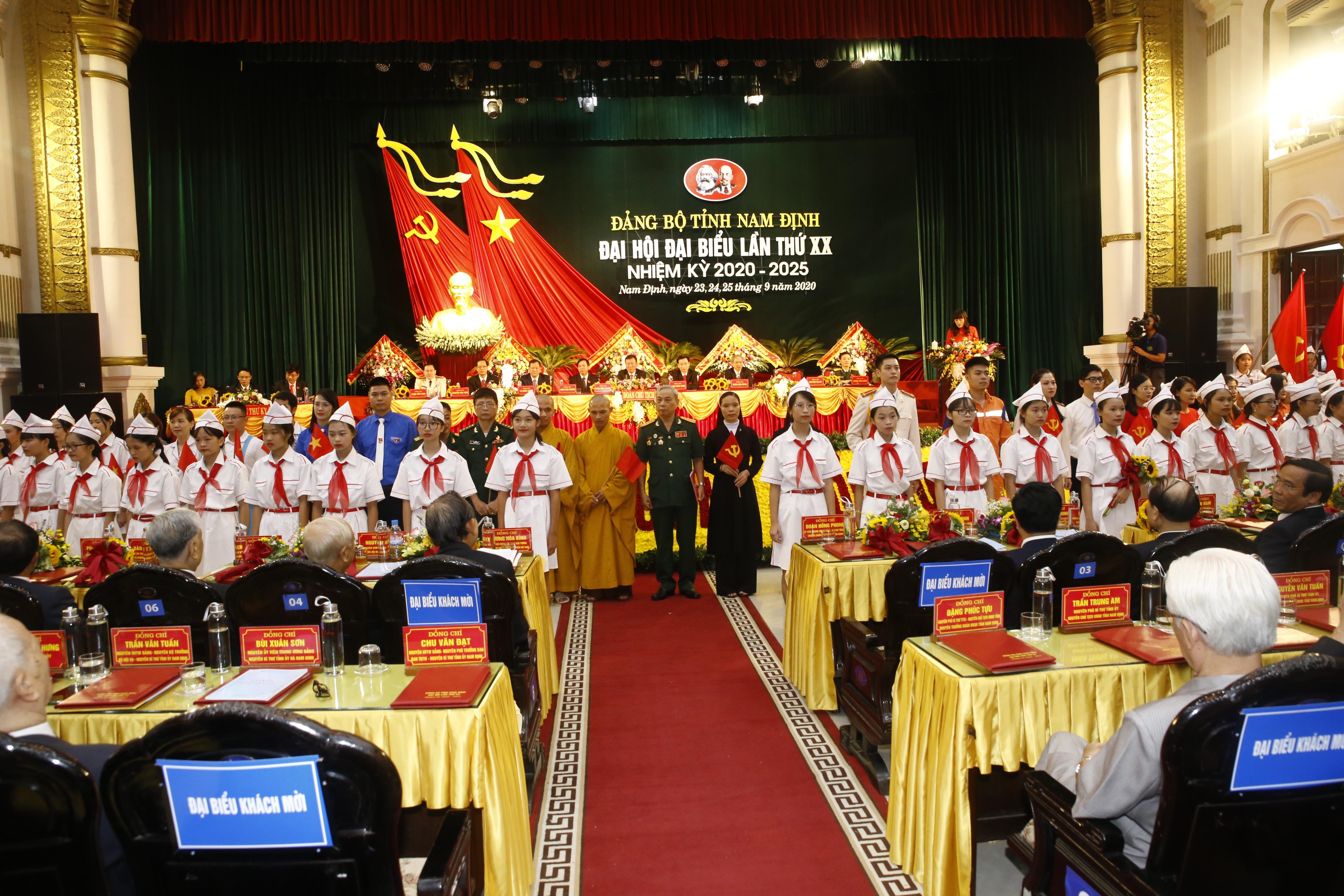 Đoàn đại biểu đại diện các tầng lớp nhân dân Nam Định chúc mừng Đại hội