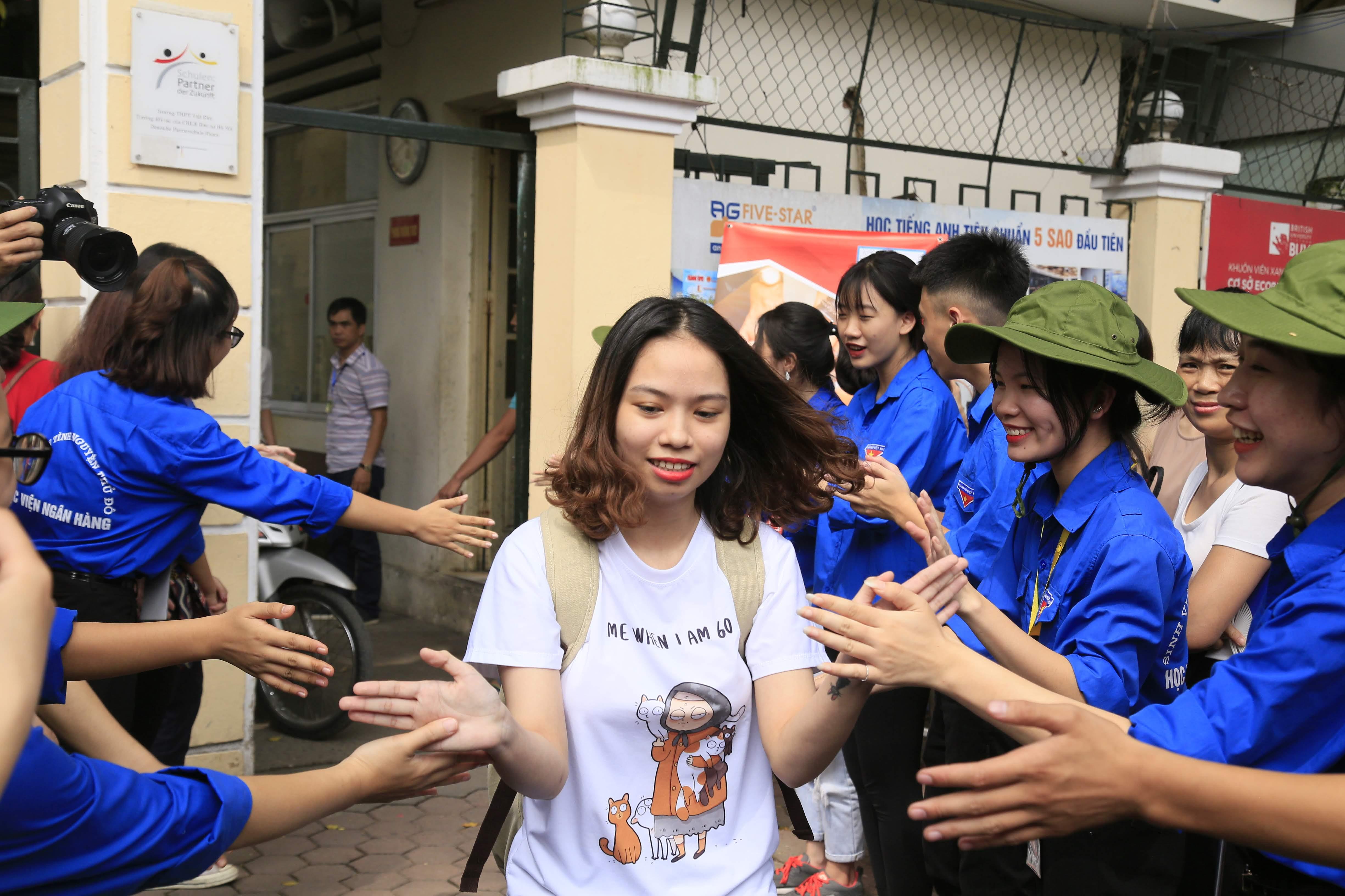 Sinh viên tình nguyện tham gia chương trình Tiếp sức mùa thi (Ảnh: Phạm Quang Vinh).