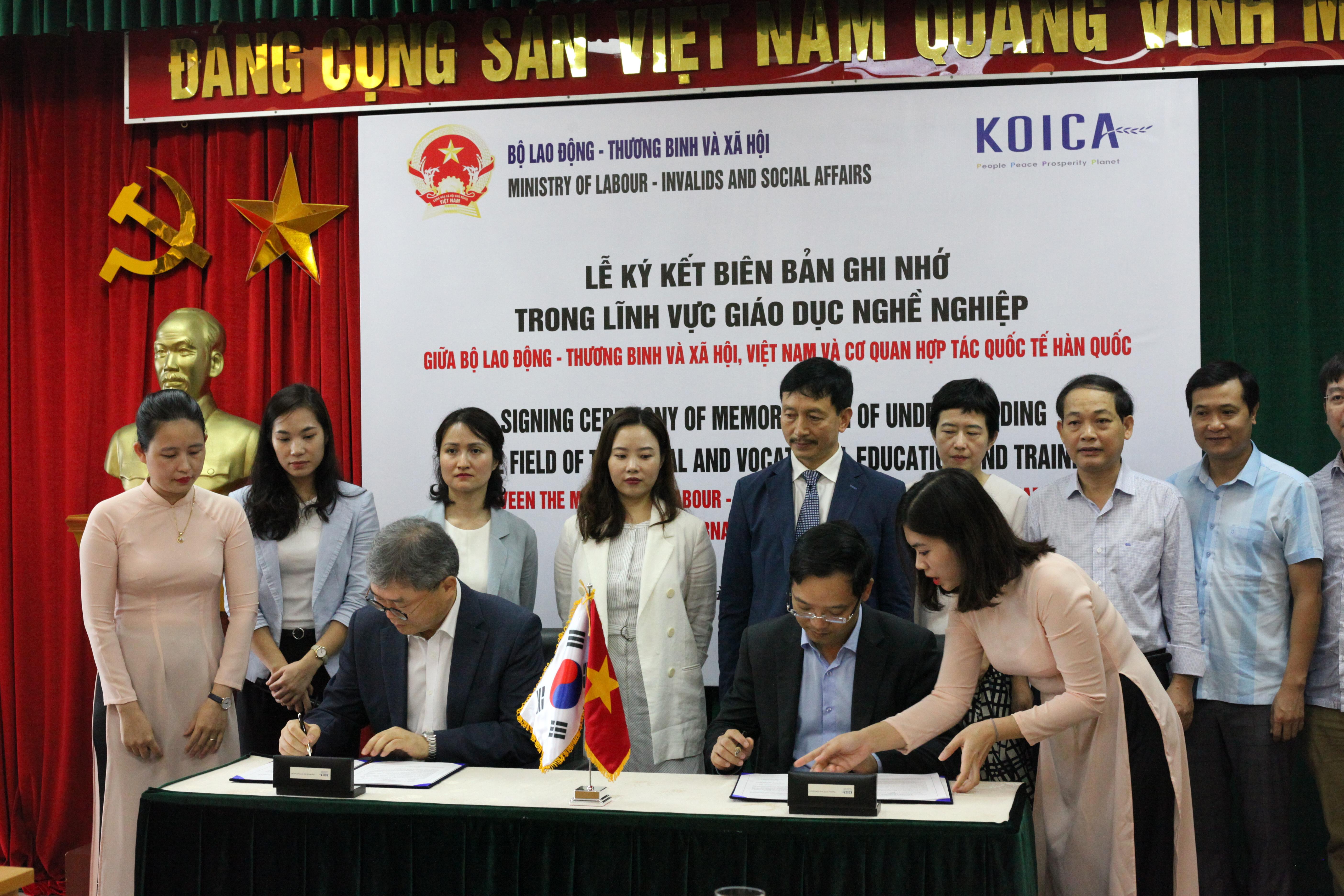 Ông Cho Han-Deog, Giám đốc quốc gia Văn phòng KOICA Việt Nam và ôngTrương Anh Dũng, Tổng cục trưởng Tổng cục GDNN tại lễ ký kết (ảnh: Thiều Lý).
