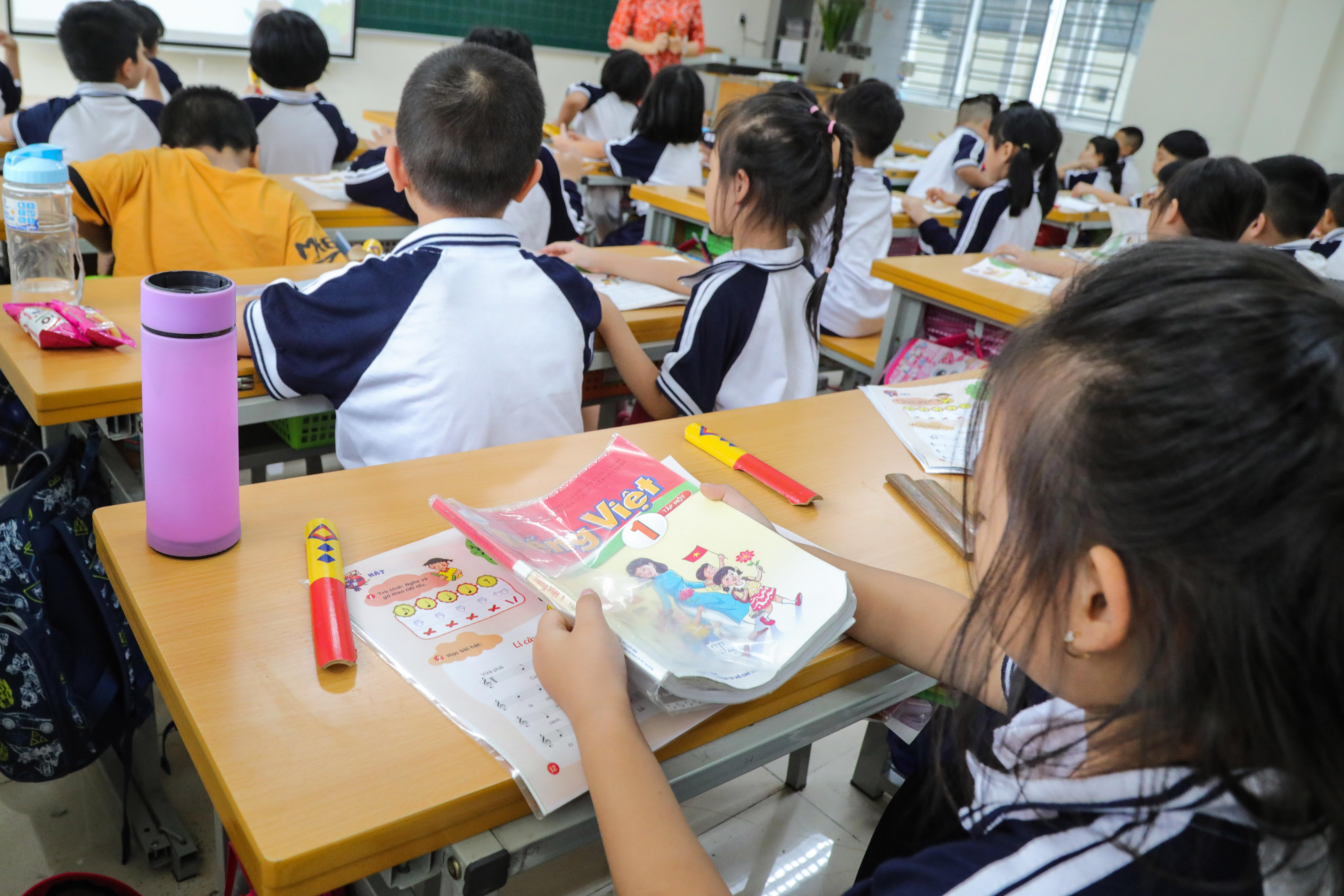 Học sinh lớp 1 đang học SGK lớp 1 mới tại Hà Nội.