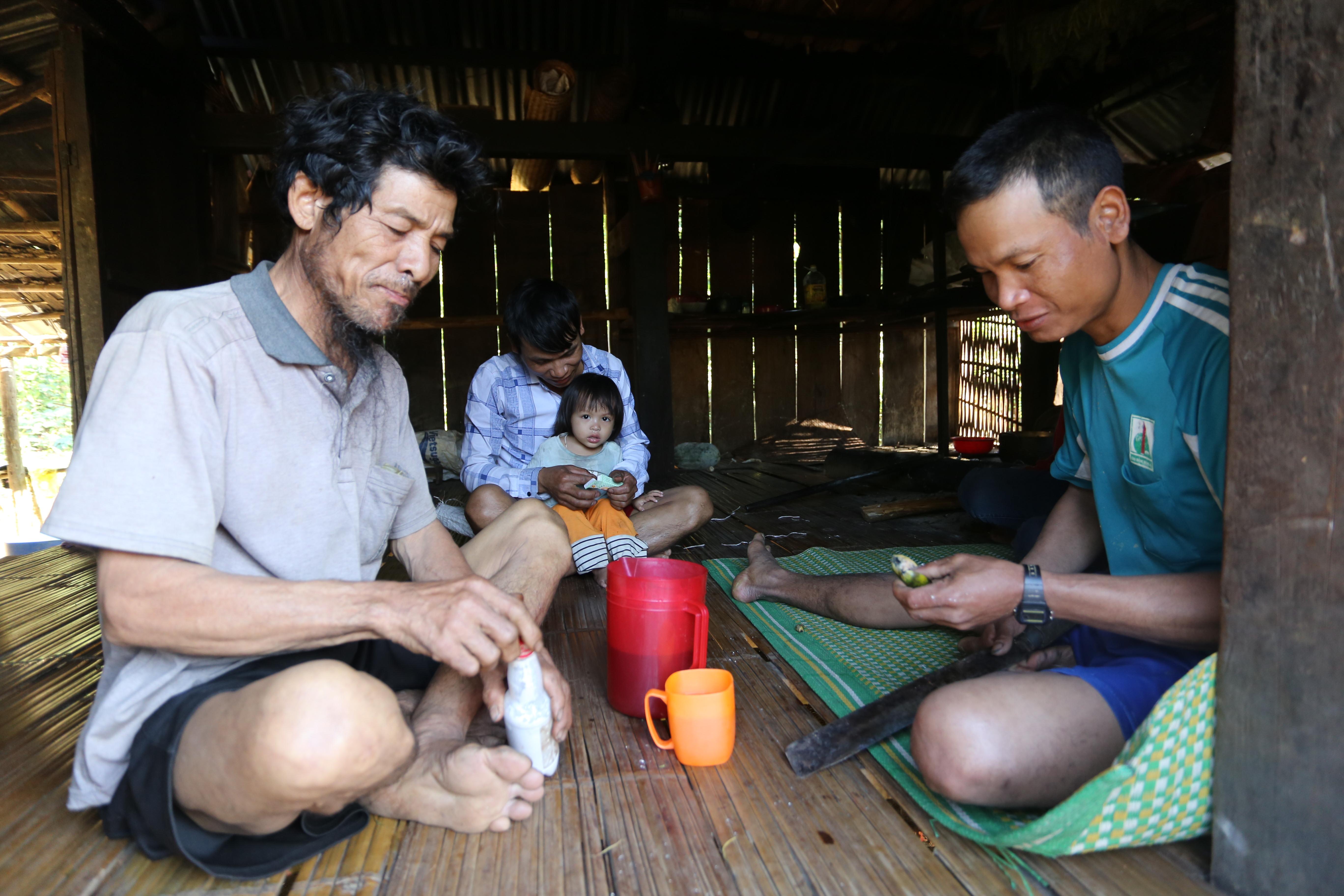 Gia đình ông Phong cùng ăn trầu sau ngay làm việc.