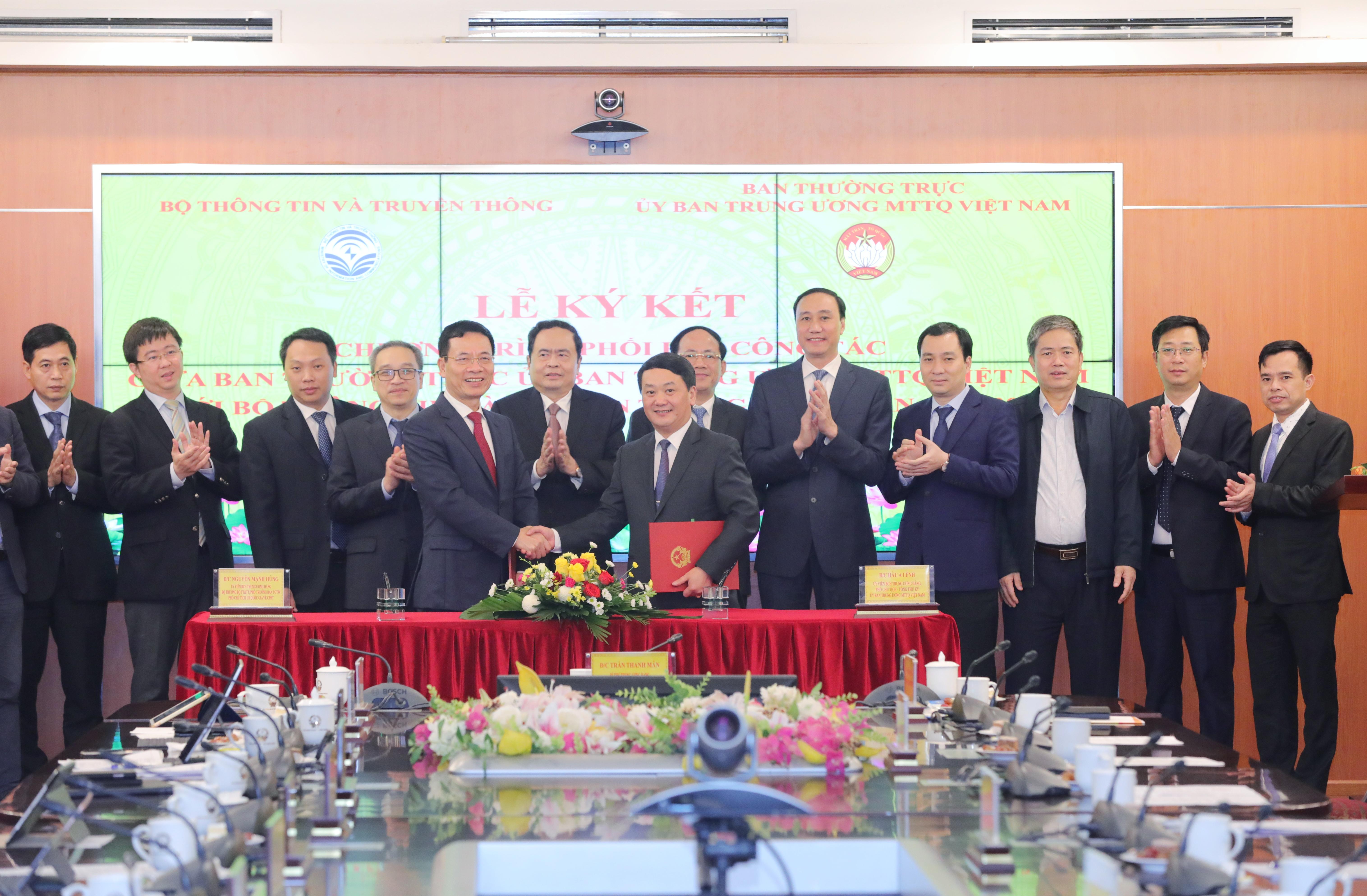 Chủ tịch Trần Thanh Mẫn chứng kiến Lễ ký kết chương trình phối hợp công tác giữa hai cơ quan. Ảnh: Quang Vinh.