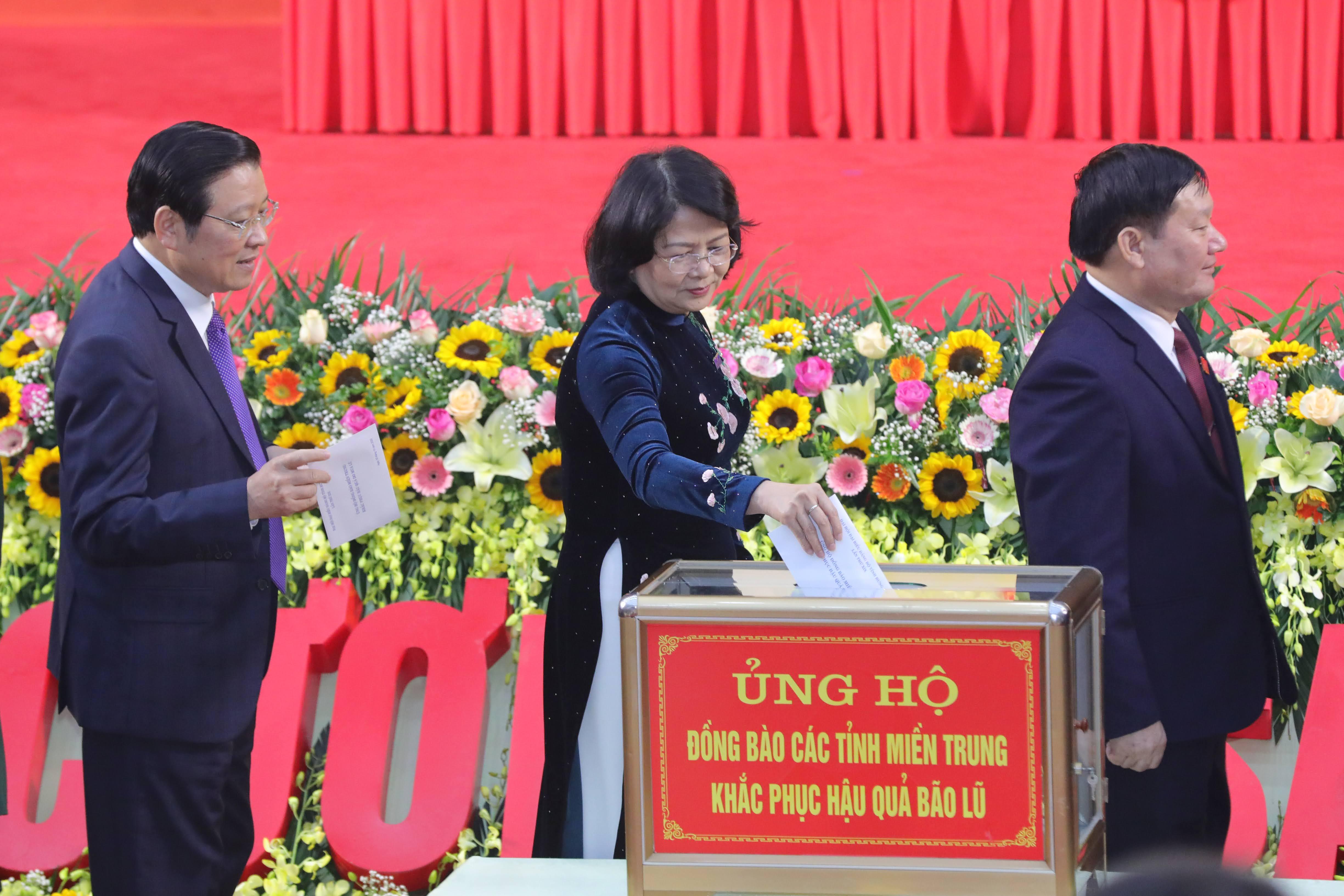 Các đại biểu quyên góp ủng hộ đồng bào miền Trung khắc phục hậu quả bão lũ. Ảnh: Quang Vinh.