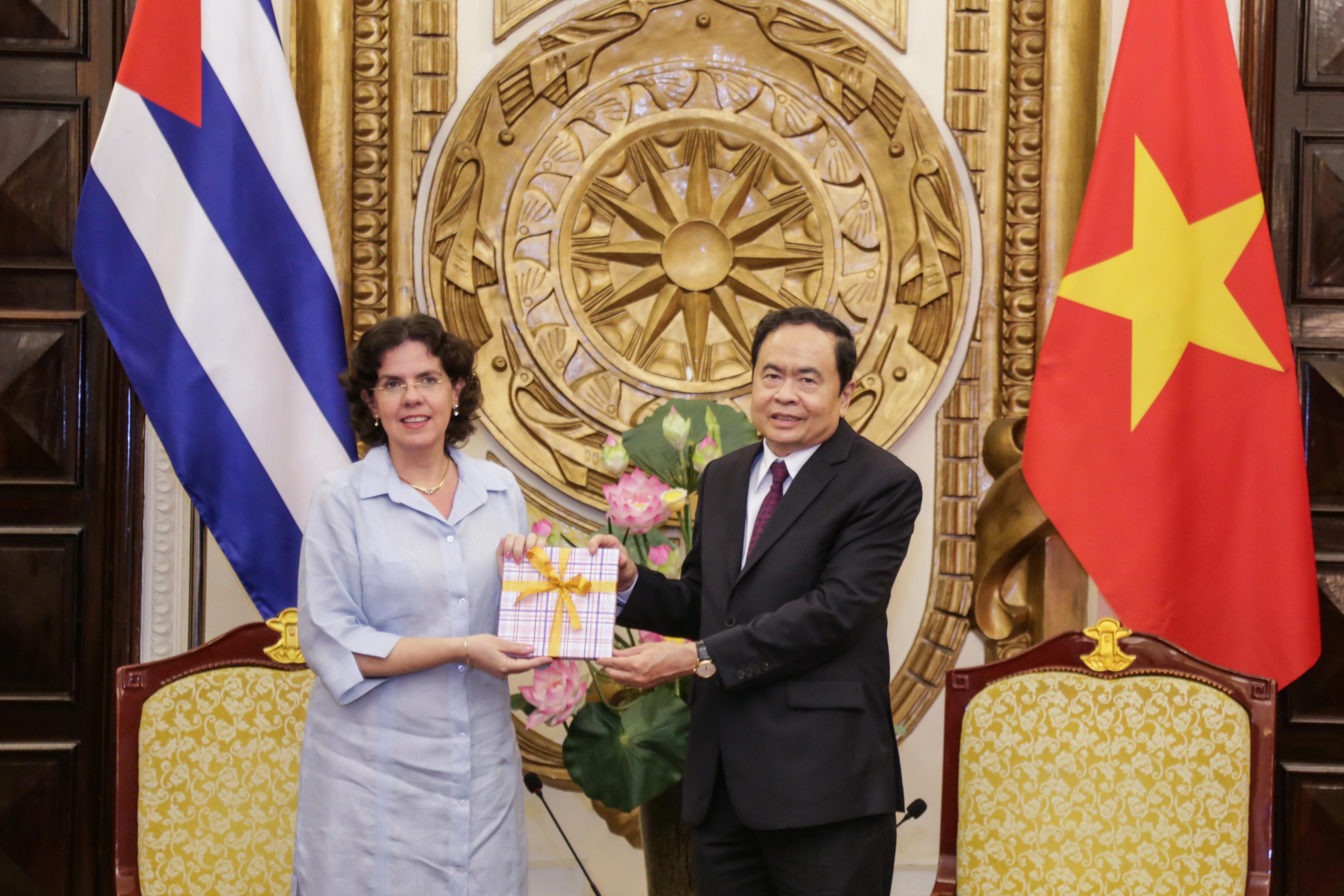 Chủ tịch Ttrần Thanh Mẫn tặng quàĐại sứCuba Lianys Torres Rivera