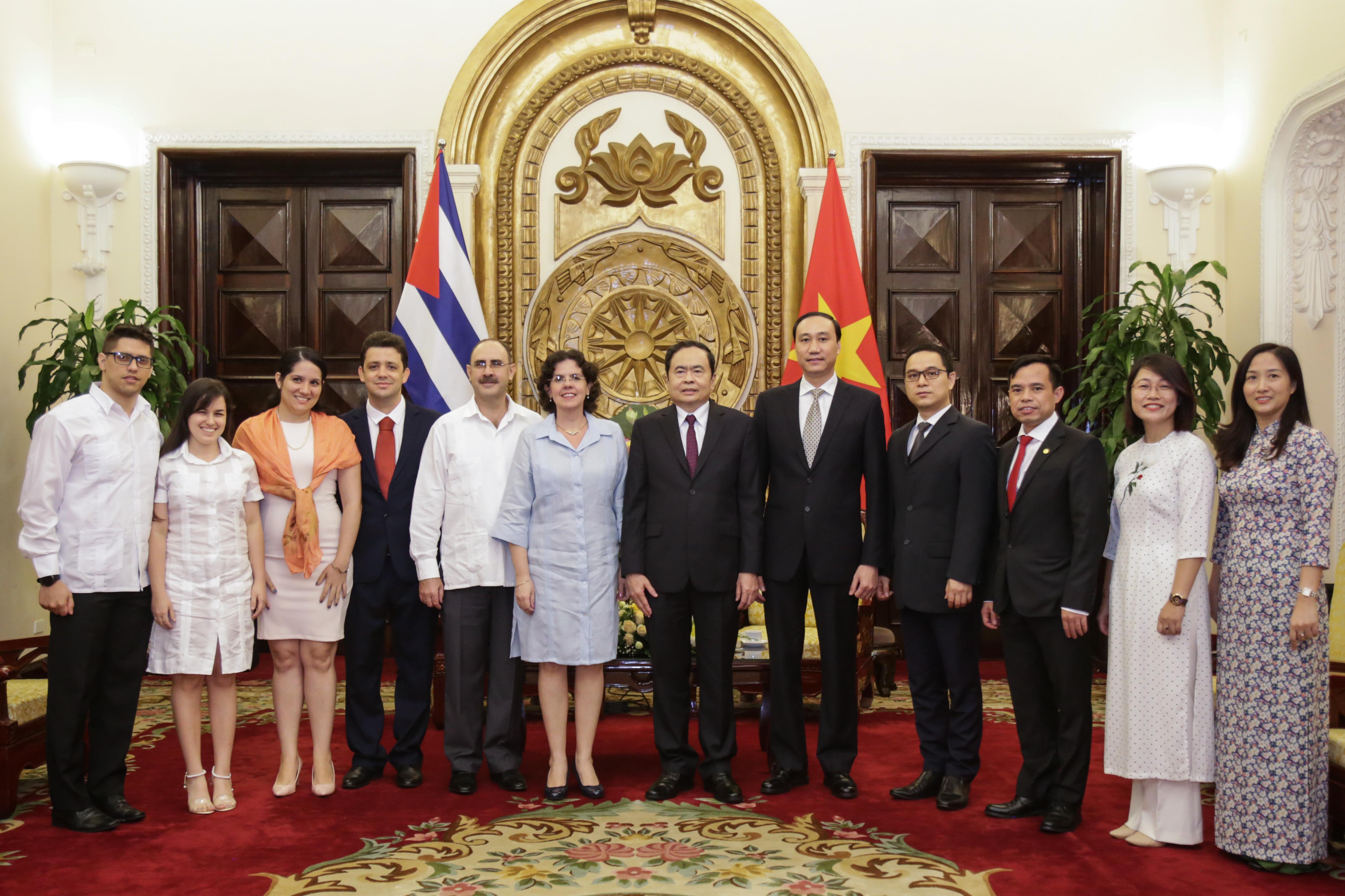 Chủ tịch Trần Thanh Mẫn chụpảnh lưu niệm cùngĐại sứ Cuba Lianys Torres Rivera