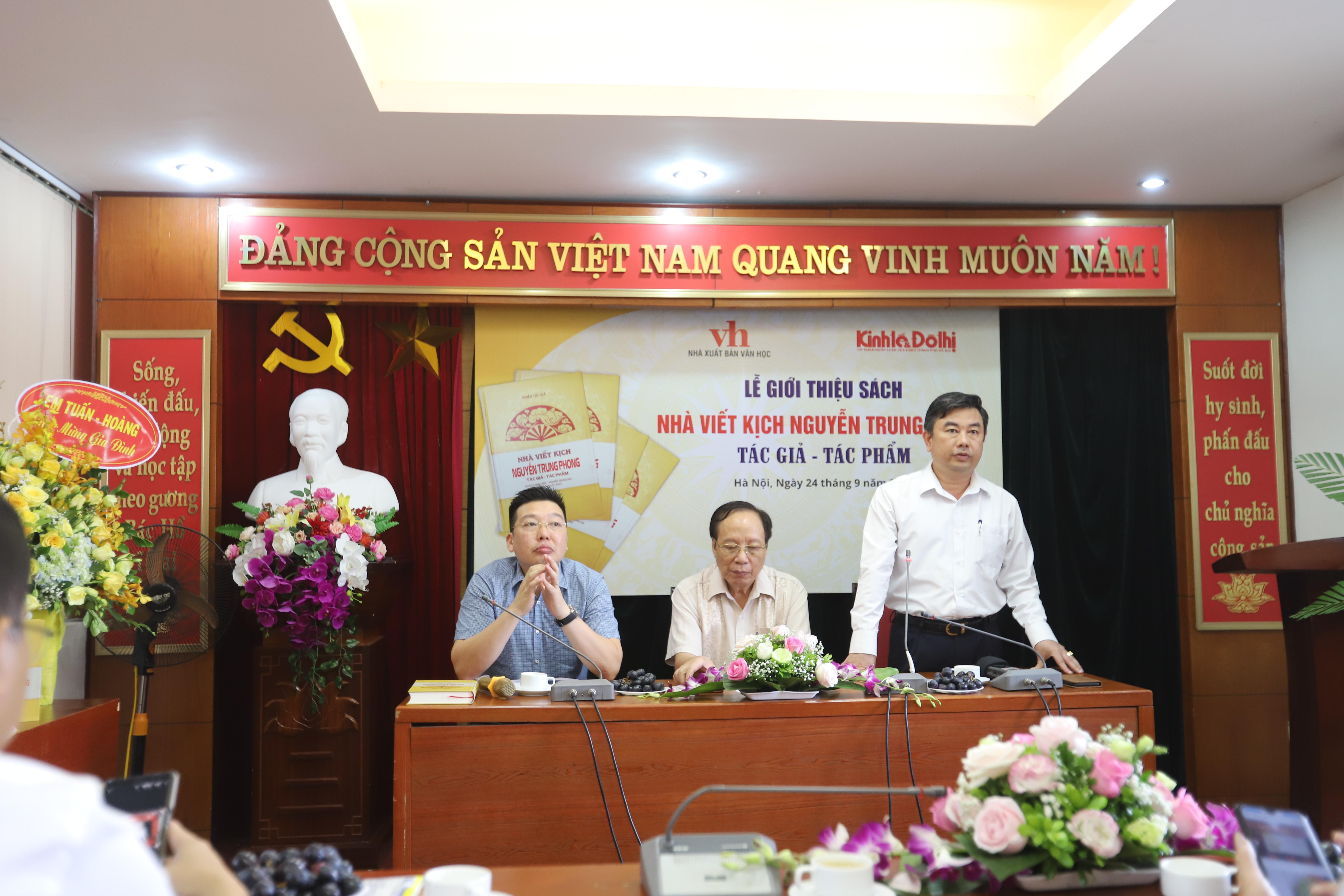 """Lễ giới thiệu sách """"Nhà viết kịch Nguyễn Trung Phong: Tác giả - tác phẩm""""."""
