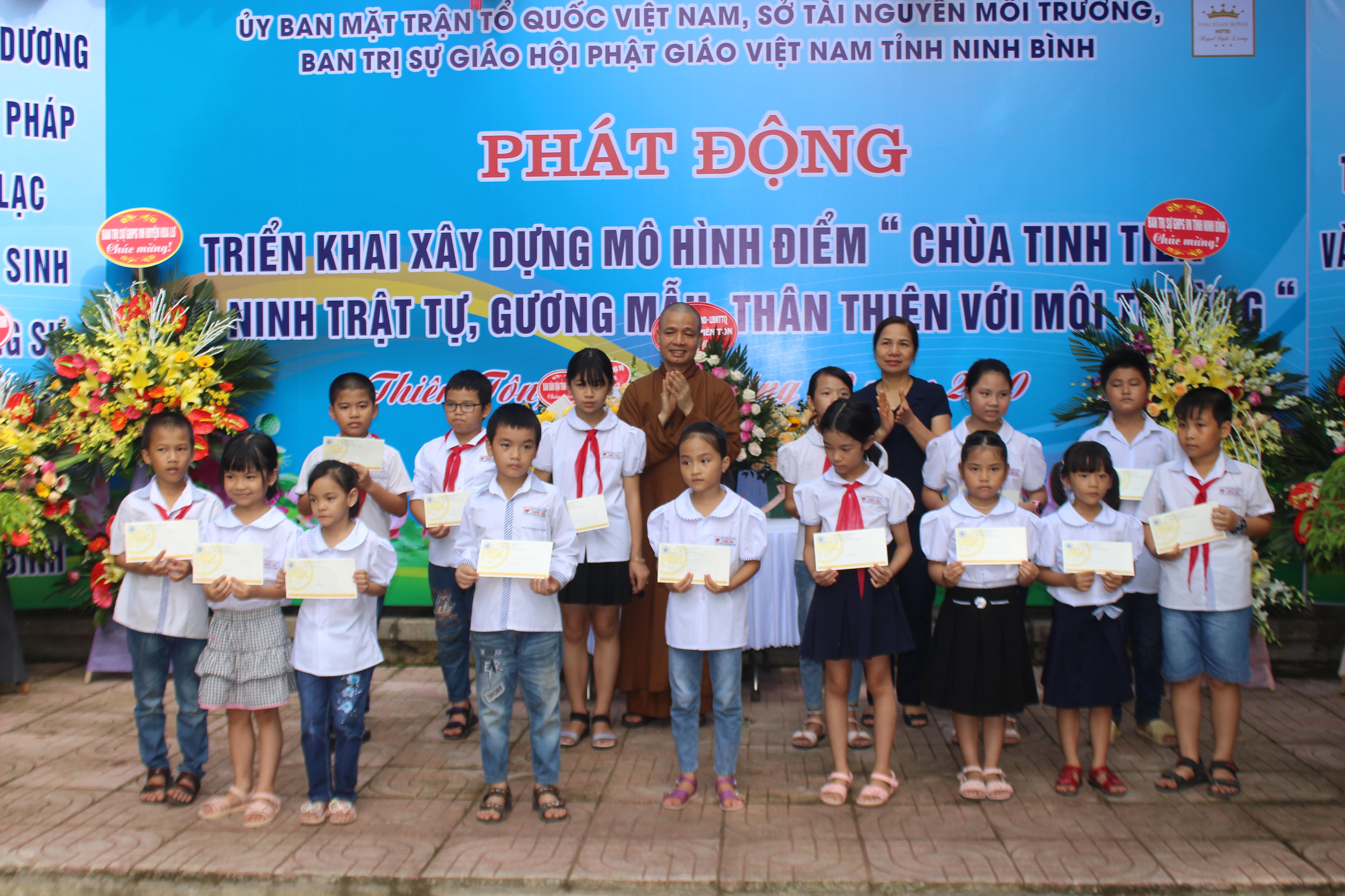 Lãnh đạo trao quà cho các em học sinh nghèo vượt khó.