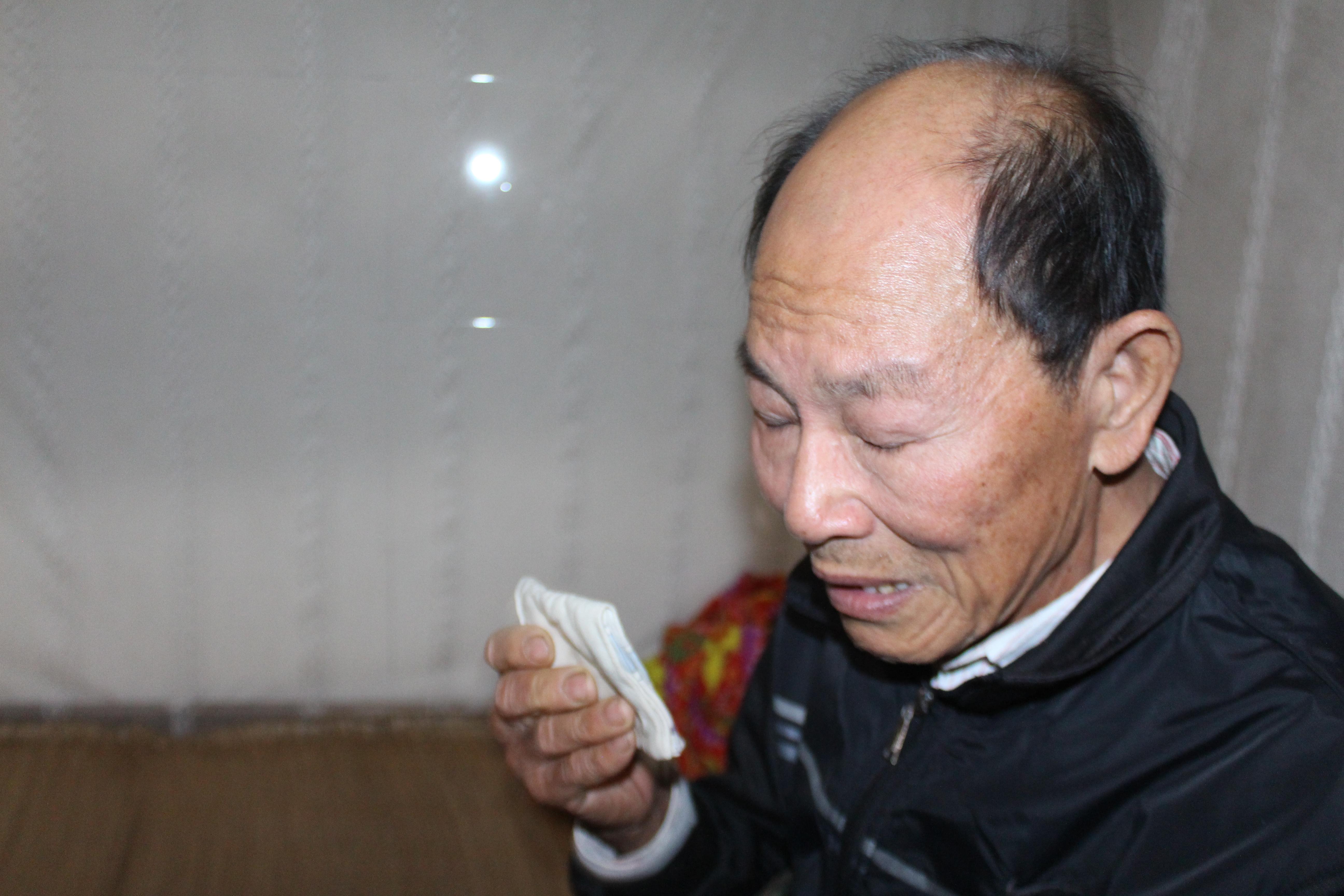 Ông Lê Văn Thế lau vội giọt nước mắt trước khi trò chuyện cùng chúng tôi.