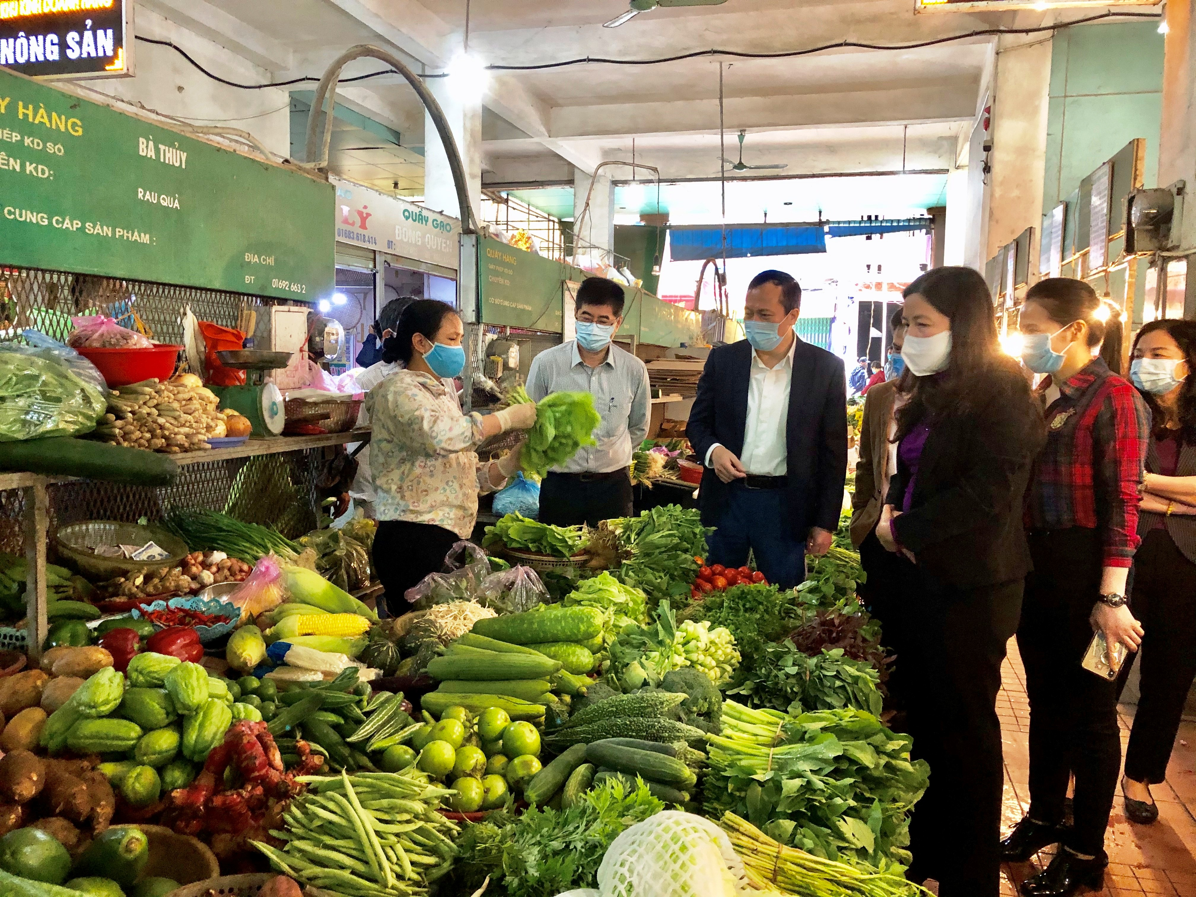 Bà Phạm Thị Thanh Thủy- Trưởng ban Dân vận Tỉnh ủy, Chủ tịch Ủy ban MTTQ Việt Nam tỉnh Thanh Hóa vận động người dân vừa chống dịch, vừa phát triển kinh tế.