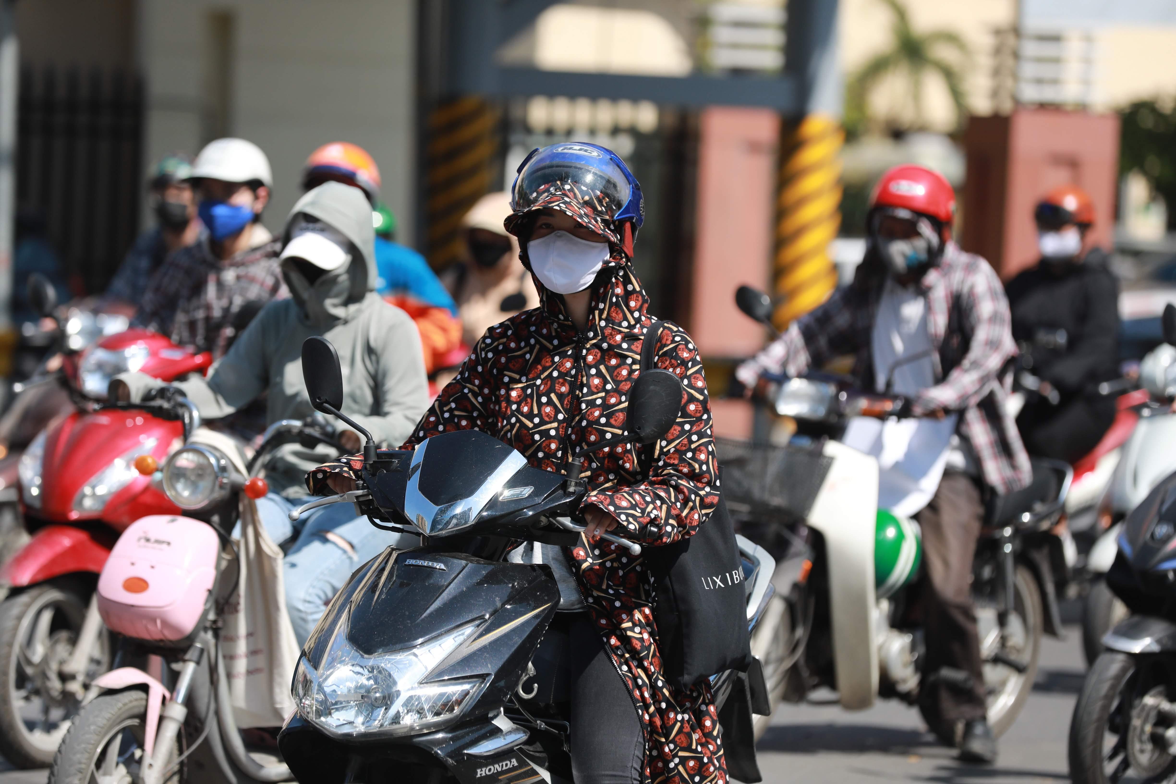 Chỉ số tia cực tím UV cao gây hại sức khỏe con người. Ảnh: Phạm Quang Vinh.