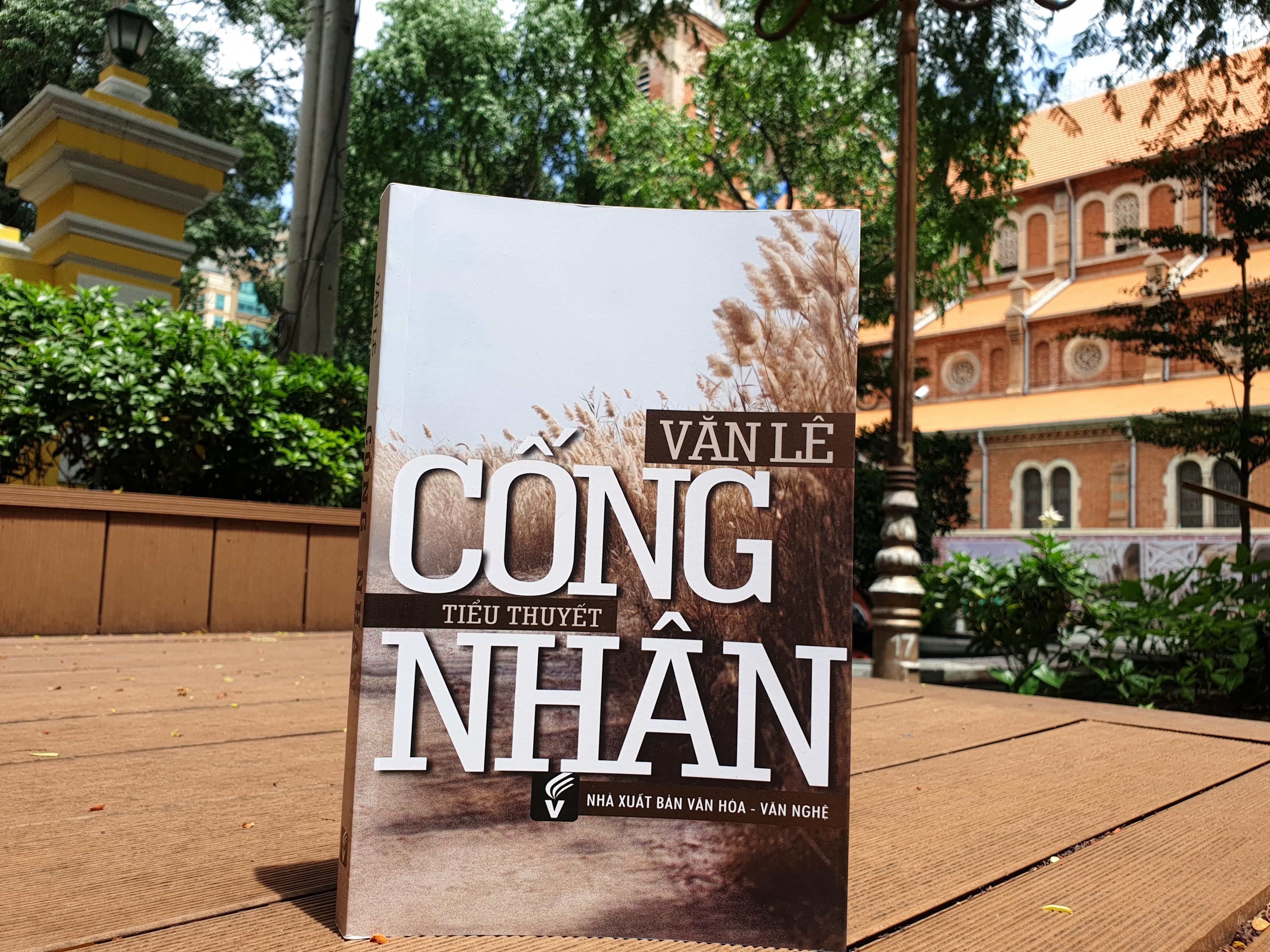 """Bìa tiểu thuyết """"Cống nhân"""" của nhà văn Văn Lê."""